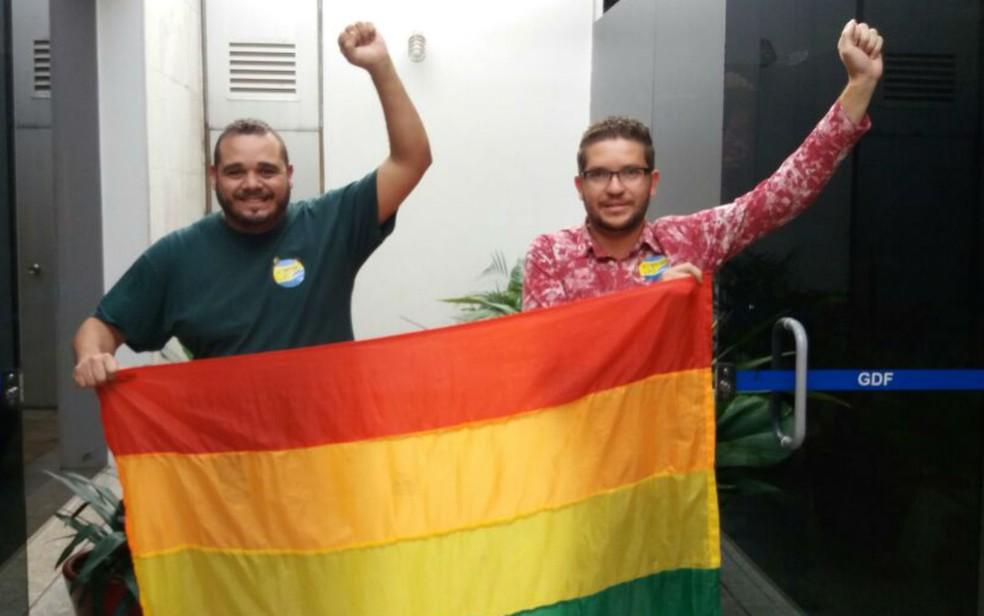 Henrique Elias presidente da UniLGBT e Cleiton Campelo vice presidente da esquerda para direita Foto Yasmim Perna G1